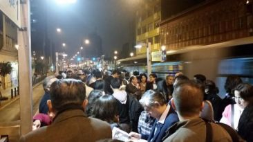 Estaciones del Metropolitano lucieron abarrotadas de pasajeros
