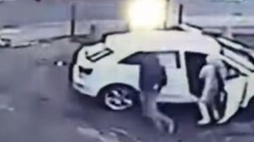 VIDEO: Esta mujer evita que roben su camioneta