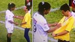 Crack: Ronaldinho firmó camiseta de hincha que entró al campo - Noticias de