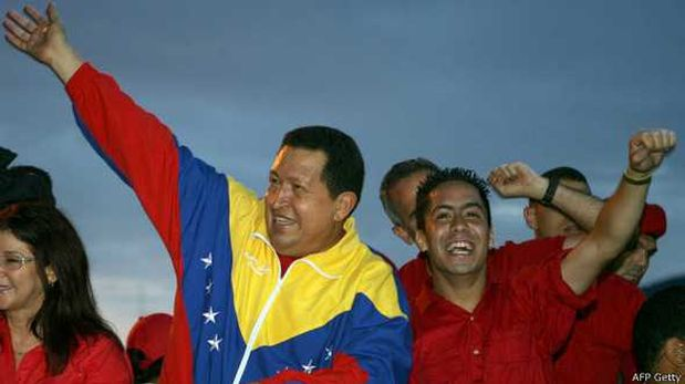 En esta foto, Serra hacía campaña para las elecciones parlamentarias en el 2010 junto a Hugo Chávez. (Foto: BBC)
