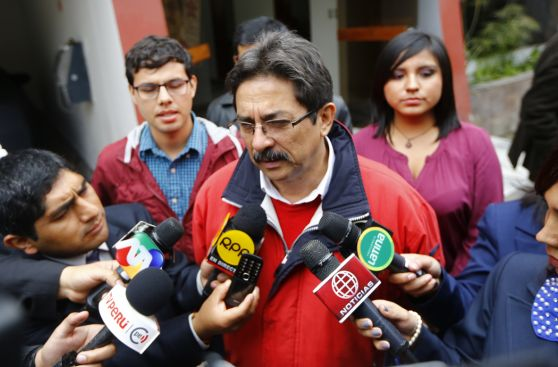 Enrique Cornejo votó en Miraflores acompañado de portátil