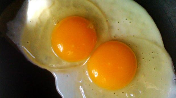 Huevos fritos. Expertos recomiendan echarlo a la sartén con abundante aceite y muy caliente, para que empiece a humear