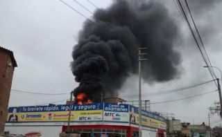 Incendio dañó dos inmuebles en el límite entre Cercado y Breña