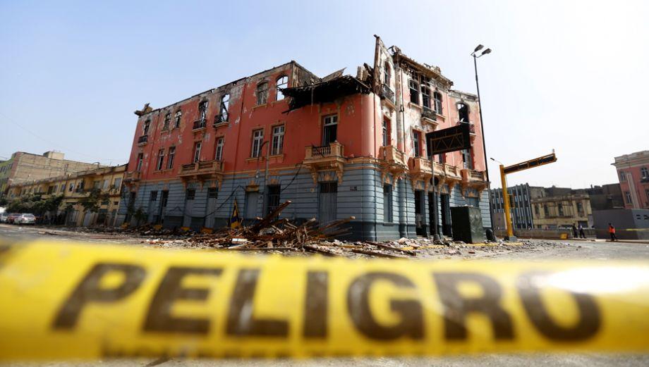 Incendio en plaza Dos de Mayo: los escombros que dejó el fuego