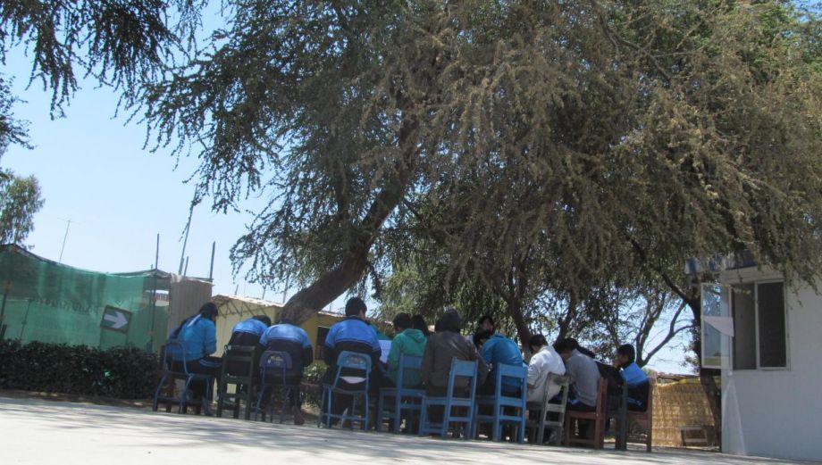 Las clases escolares bajo un árbol por falta de aulas