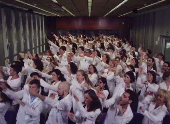 Científicos cantan y bailan para recibir donaciones [VIDEO]