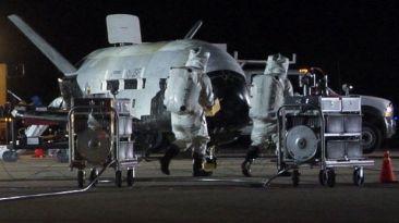 """Avión espacial """"secreto"""" aterriza en California"""