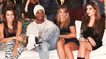 ¿Qué hace Ronaldinho acompañado por estás bellas mujeres?