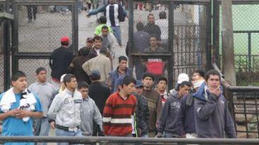 Decomisan droga, celulares y armas a reos del penal de Cañete