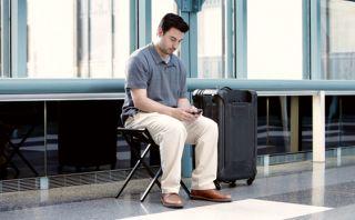 Viaja con esta maleta que se convierte en una silla