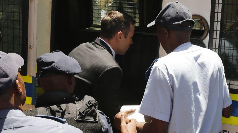 Dormirá en prisión. El atleta sudafricano Oscar Pistorius, condenado hoy a una pena de cinco años de prisión por matar a tiros en febrero de 2013 a su novia, fue trasladado a la cárcel en medio de un gran resguardo policial. (Foto: AP)
