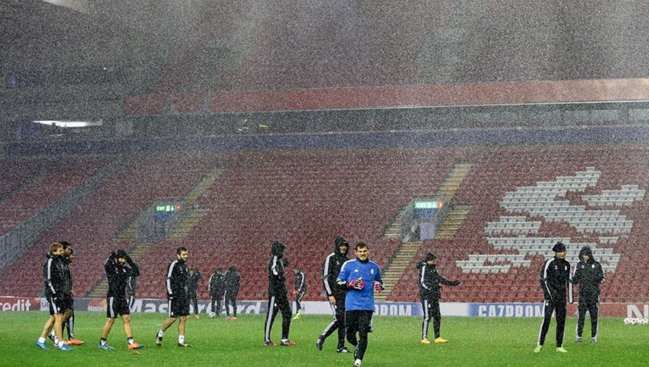 Real Madrid entrenó bajo intensa lluvia en el estadio Anfield