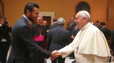 El Papa Francisco recibió al Bayern Múnich de Claudio Pizarro
