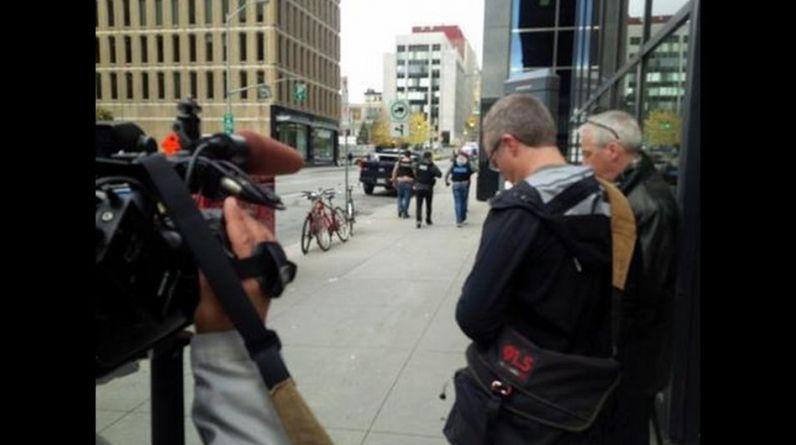 Un pistolero baleó a un soldado canadiense que montaba guardia en el Monumento Nacional de Guerra en Ottawa el miércoles, luego entró al parlamento y se escucharon disparos, dijeron la policía y testigos. (Foto: Twitter @Breaking 911 )