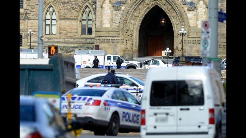 Decenas de agentes de Policía, algunos de ellos pertenecientes a unidades especiales y fuertemente armados, fueron desplegados por el centro de Ottawa para buscar casa por casa a otros posibles sospechosos del tiroteo registrado en el Parlamento. (Reuters)