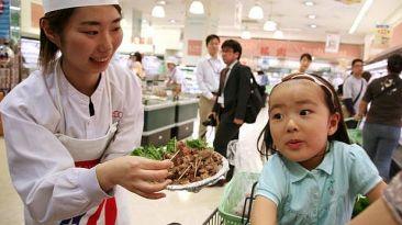 ¿Por qué regalar comida en los supermercados es buen negocio?