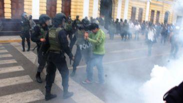 Con lacrimógenas botan a trabajadores municipales de Chiclayo