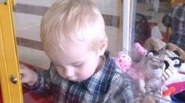 Bebe quedó atrapado en máquina que reparte peluches