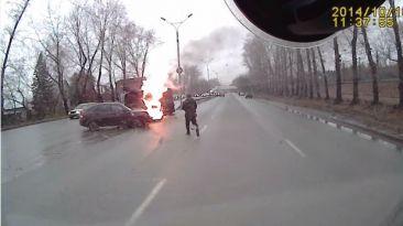 Un auto se incendia tras chocar con un camión
