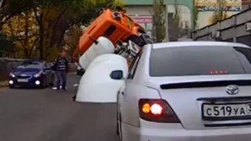 YouTube: mezcladora de cemento se hunde en impresionante forado