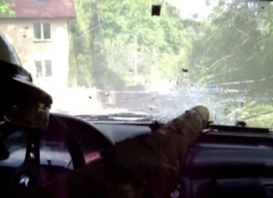 Piloto de rally se salva de morir por poco