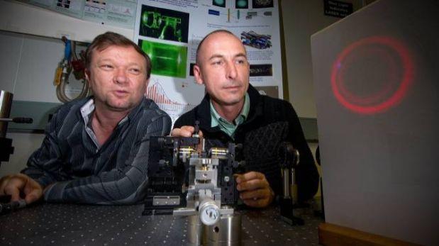 Inventores ajustando el láser en su laboratorio. (Foto: Stuart Hay/Universidad Nacional Australiana)