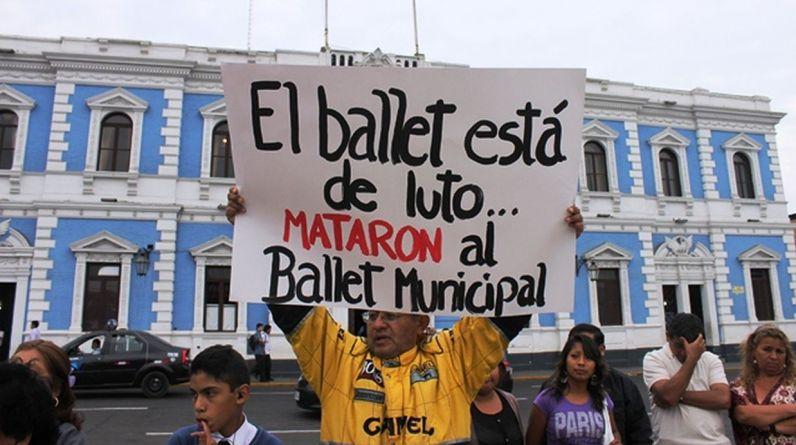 Los padres de familia se sumaron a la indignación de sus hijos y profesores. Con pancartas, rechazaron la posición de la comuna. (Foto: Jhonny Aurazo)