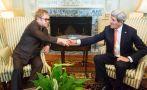 Kerry y Elton John firman acuerdo para luchar contra el sida