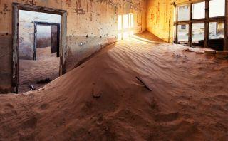 La arena se adueñó de este pueblo fantasma a mitad del desierto