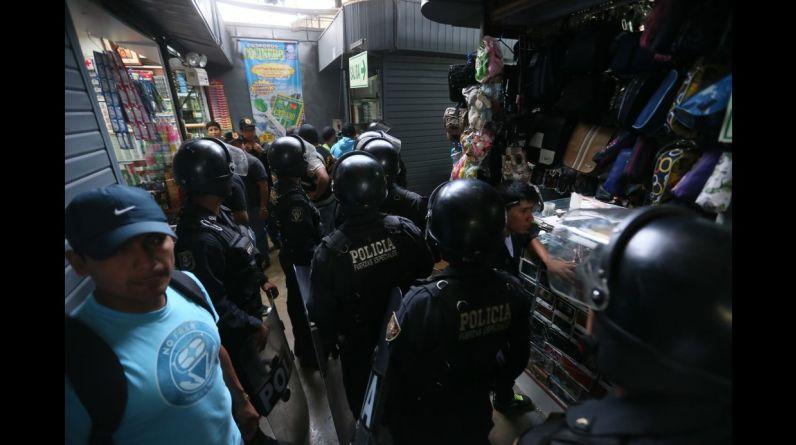 La policía intervino la galería Virgen de las Mercedes, en Mesa Redonda e incautó más de 100 sacos con productos decomisados. (Foto: Miguel Bellido)