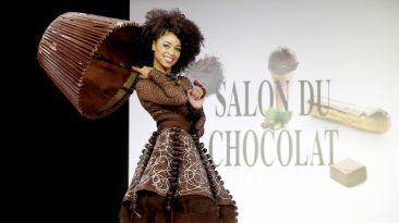 Vestidos de chocolate protagonizan inusual desfile de modas