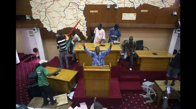 Una masiva y violenta revuelta ciudadana impidió hoy que el presidente de Burkina Faso, Blaise Compaoré, modificara la Constitución para prolongar su mandato de 27 años, acción que ha dejado al país sin un Gobierno definido y a su capital, Uagadugú, en un estado de caos. En la imagen, un grupo de manifestantes destroza las instalaciones del Parlamento. (Reuters).