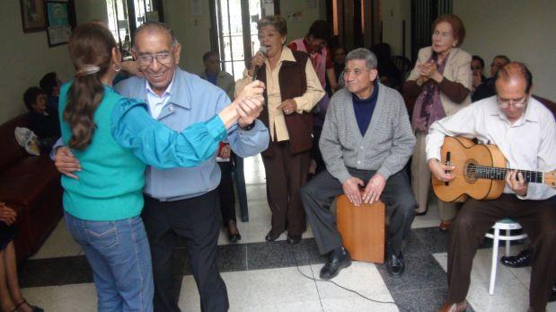 Todas las semanas hay fiesta criolla en el Centro del Adulto Mayor Pablo Bermúdez, de Essalud. (Foto: Luis Silva / El Comercio)
