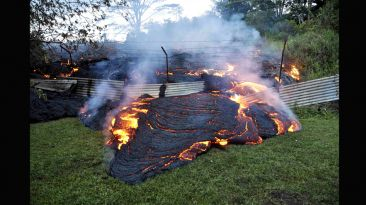 El río de lava incandescente que amenaza a Hawái