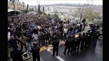 Jerusalén: Palestinos rezaron en las calles y ante la policía