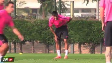 ¡Qué dolor! El pelotazo de Messi a Neymar donde más duele