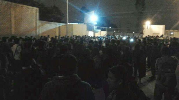 Los estudiantes cerraron la puerta principal. Hay policías resguardando la zona. (WhatsApp)