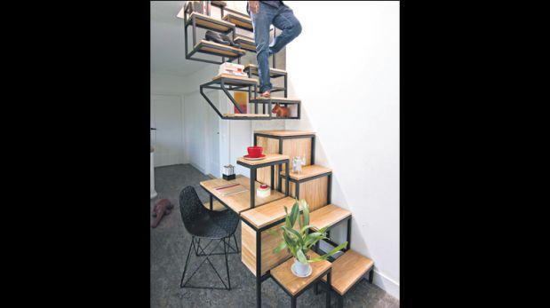 Escalera hecha de roble y acero negro que sirve como escritorio y