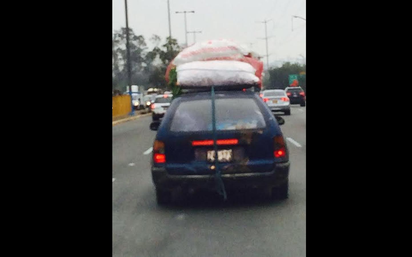 Una usuaria reportó este vehículo que transporta sacos a la altura del puente El Derby (FOTO: WhatsApp/Maritsa Silva)