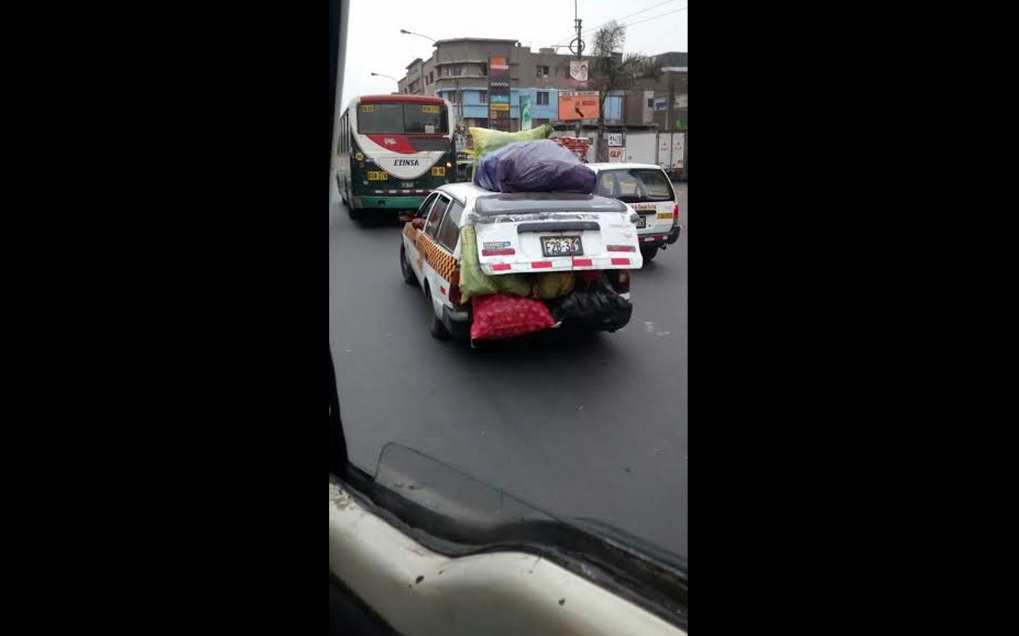 Otro usuario nos envió esta foto de un auto trasladando sacos y bolsas de verdura de esta manera (FOTO: WhatsApp/El Comercio)