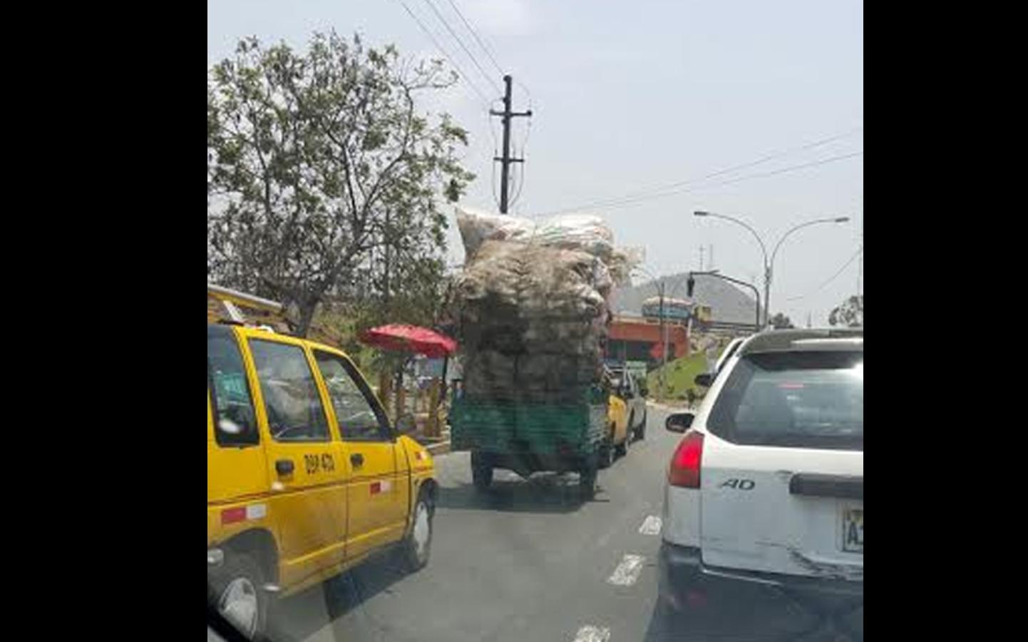 Aquí se puede ver a otro auto llevando pesados sacos y poniendo en peligro a los demás conductores (FOTO:WhatsApp/El Comercio)