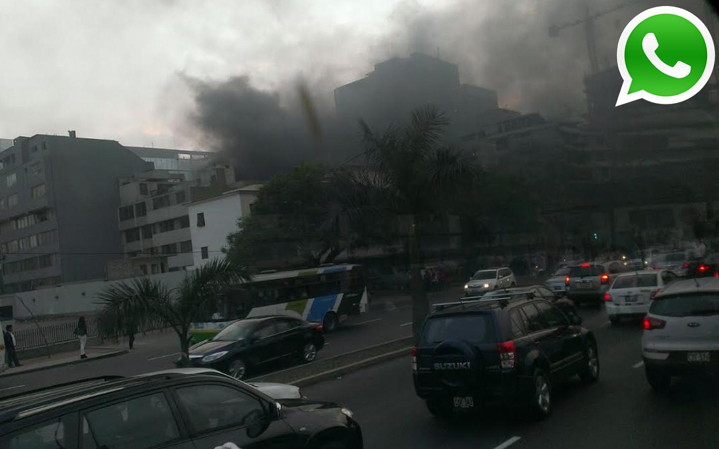 Según indicaron, los edificios contiguos son evacuados por temor a una nueva explosión (Foto: WhatsApp/El Comercio)
