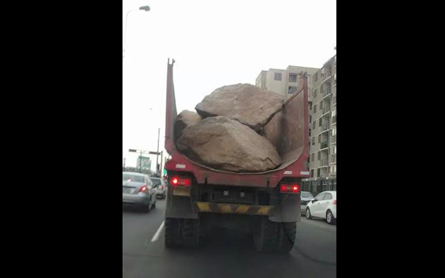 Así transportan rocas por la Av. Benavides cerca de La Bolichera (Foto: WhatsApp/El Comercio)