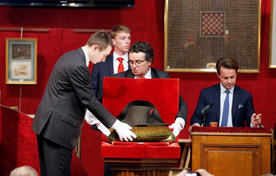 af68fc75b4c9b De los 120 sombreros que se cree que el emperador llevó durante su mandato