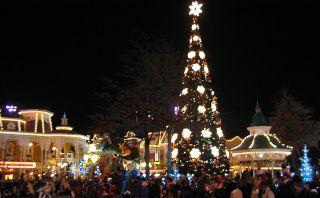 Disfruta el espectacular árbol de navidad en Disneyland Paris