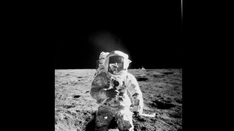 El astronauta del Apolo 12'Pete' Conrad durante una exploración a pie sobre la superficie lunar. Se puede observar en su casco el reflejo de su compañero Alan L. Bean.(Photo by Time Life Pictures/NASA/The LIFE Picture Collection/Getty Images)