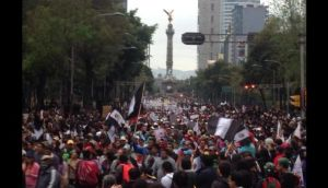 Miles marchan por estudiantes de Iguala en México