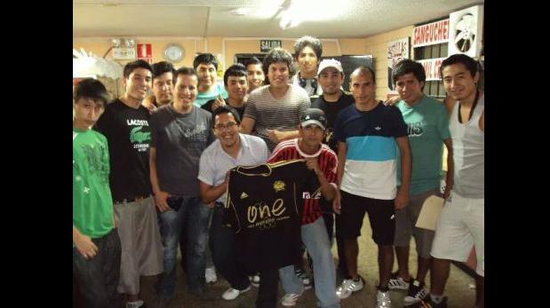 Junto a Reiner Torres durante un torneo presencial de PES. (Foto: Renzo Cordiglia)