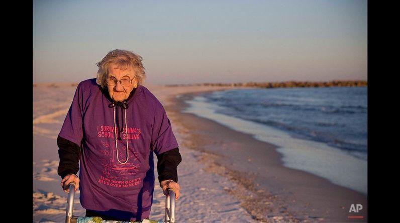 Ruby Holt había pasado sus 100 años en el estado de Tennessee, Estados Unidos, trabajando en una granja, en una fábrica de camisas y en el cuidado de sus cuatro hijos. Ella nunca había estado en la playa, y nunca había visto el mar. (AP)