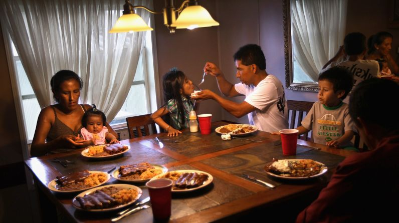 El presidente de Estados Unidos, Barack Obama, anunció el jueves medidas que protegerán de la deportación a alrededor de cinco millones de inmigrantes ilegales que luchan por quedarse en el país. En la imagen, la mexicana indocumentada Jeanette Vizguerra (Izquierda), cena con su familia.Tres de sus hijos nacieron en EE.UU. Jeanette se enfrenta hoy a una audiencia de deportación. (Foto: Getty Images)